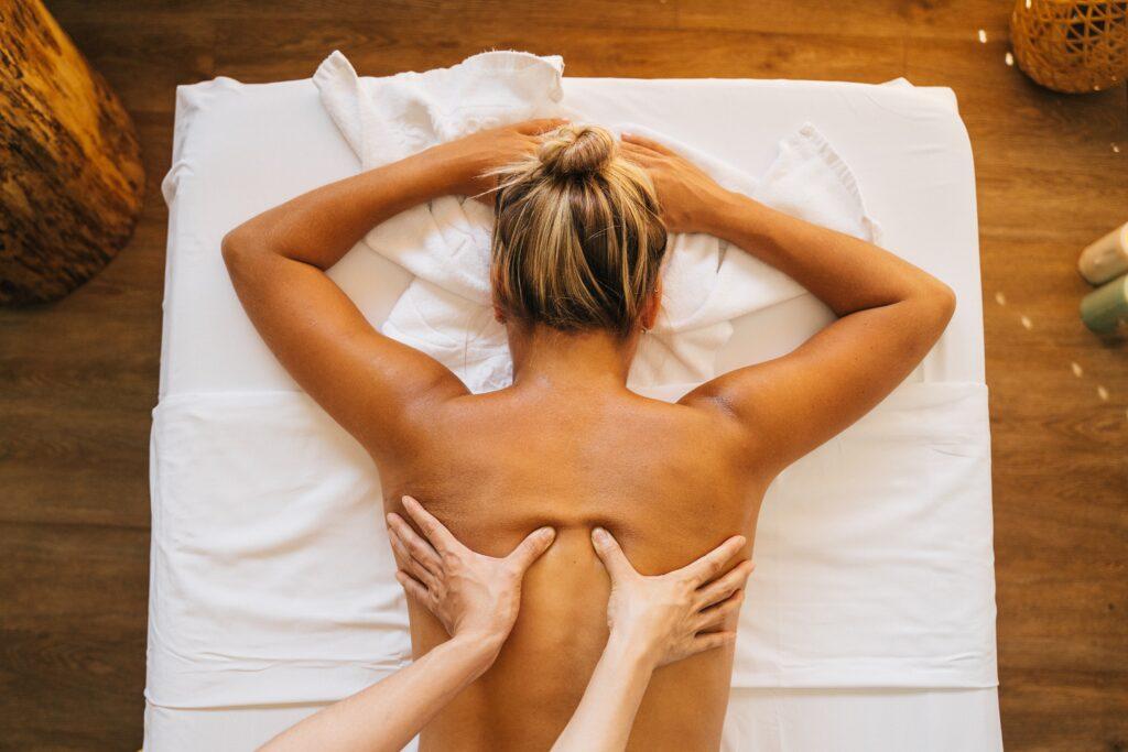 女性にアロママッサージをしている画像