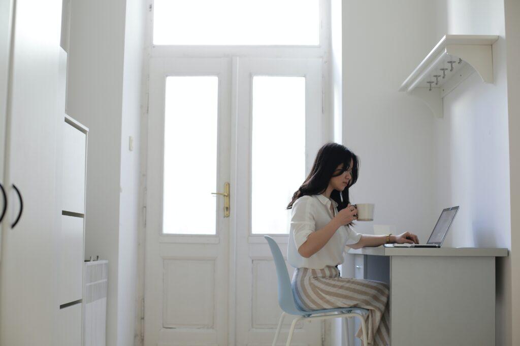 パソコンを使って通信講座を受講中の女性の画像
