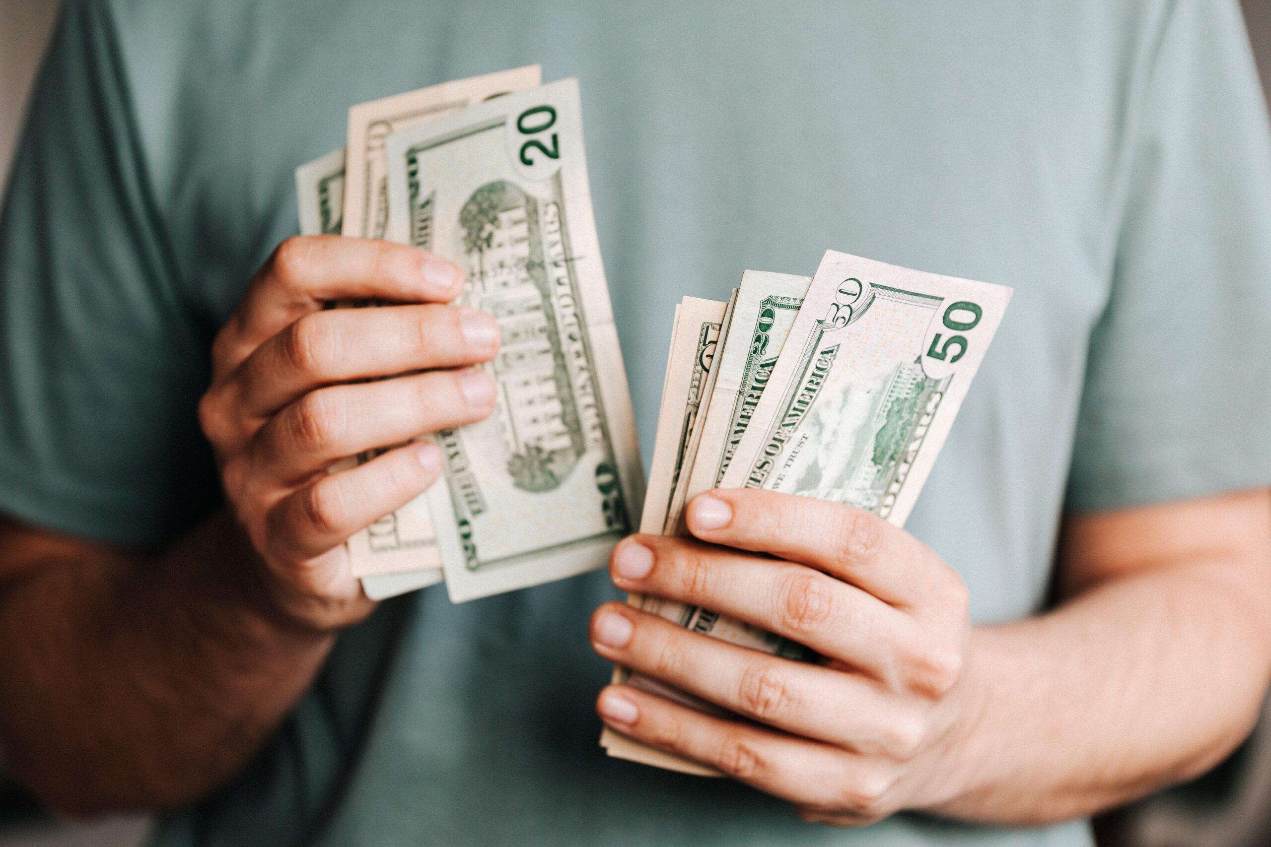 セラピストのお給料のお金を見せている男性の手元の画像