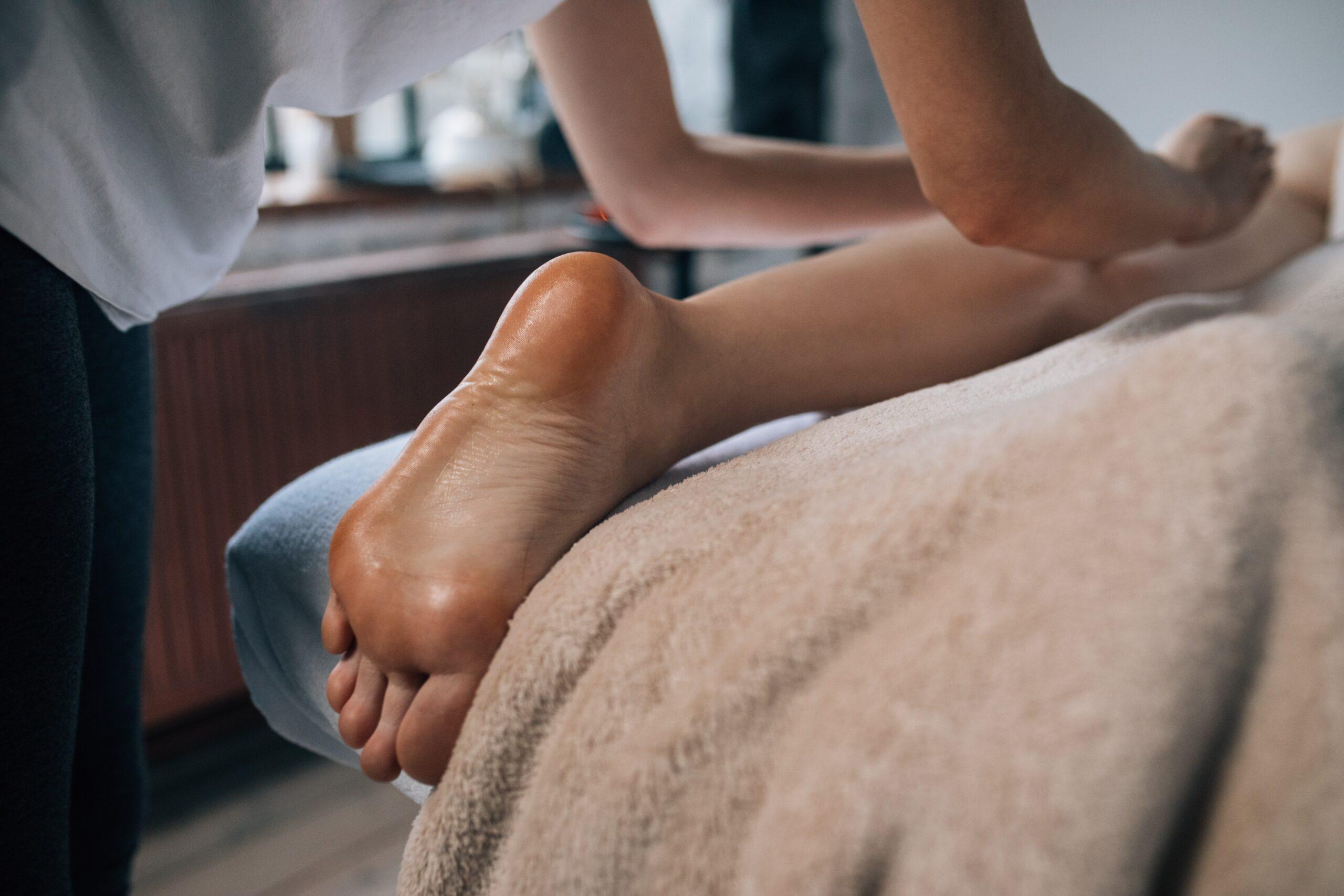 足のリンパマッサージをしているセラピストの画像