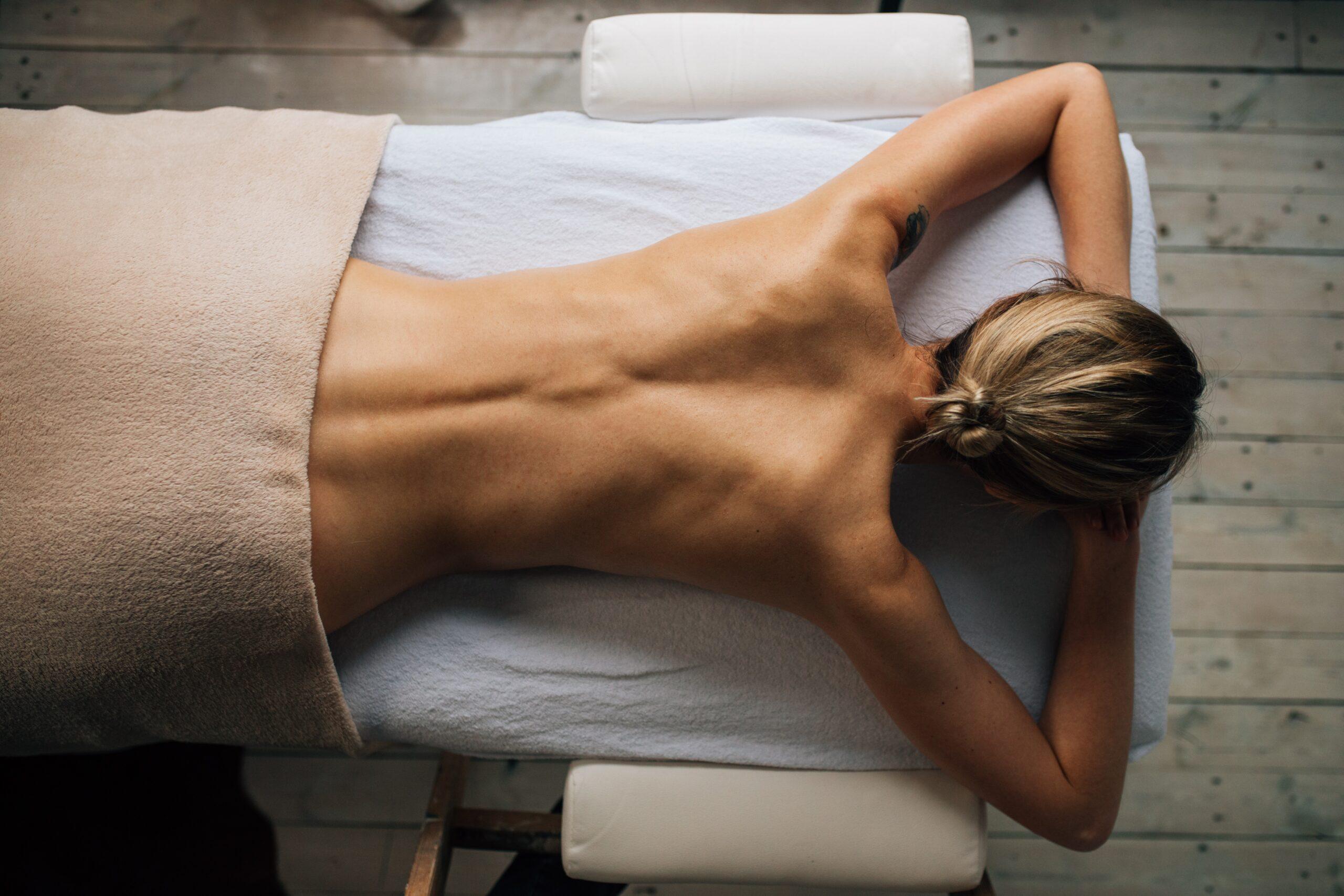 アロママッサージを受けている女性の画像