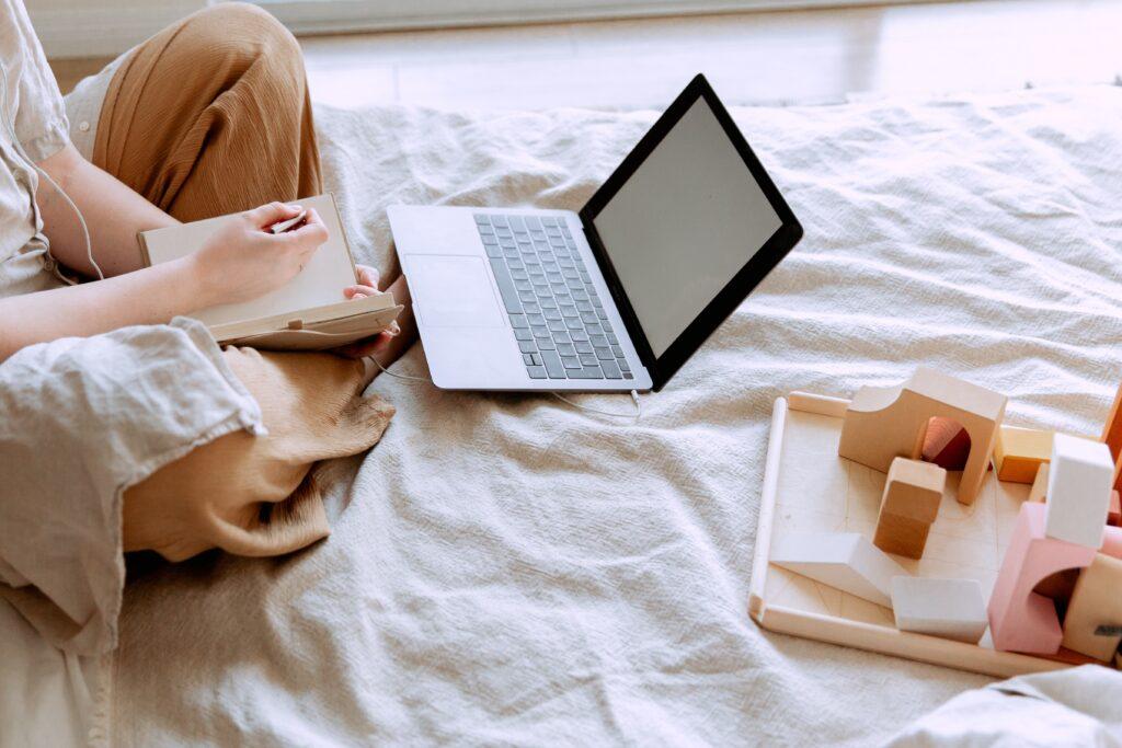 通信講座をパソコンで受けている女性の画像