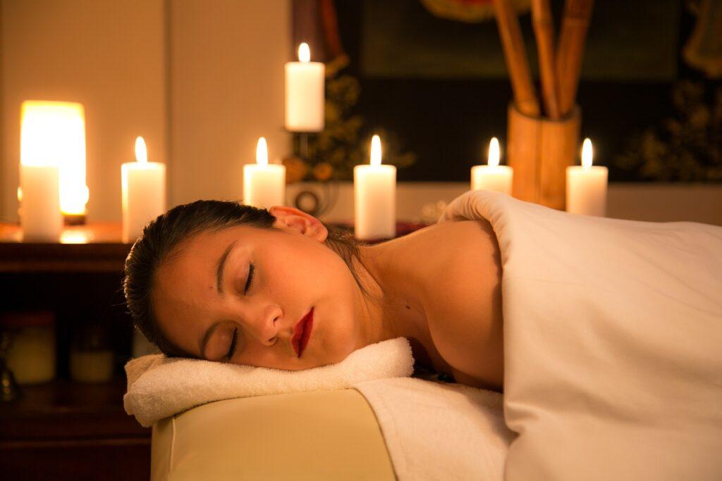 施術を受けて寝ている女性の画像