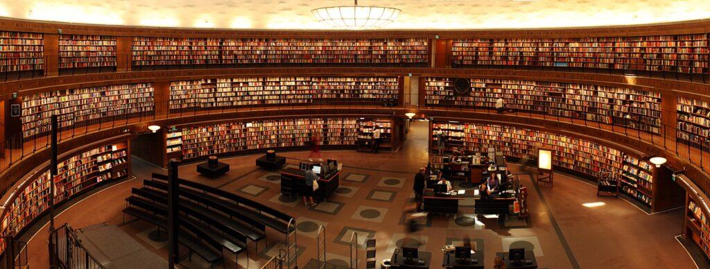 たくさんの文献が揃っている図書館の画像