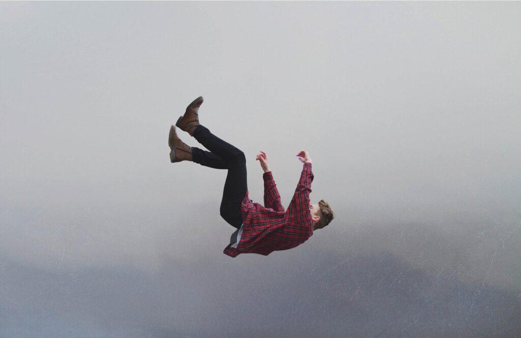 32歳になって絶望して空から落ちている男性をイメージした画像