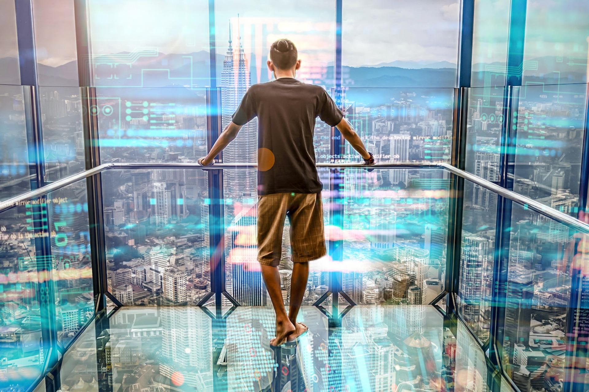景色の見えるエレベーターに乗る男性の画像
