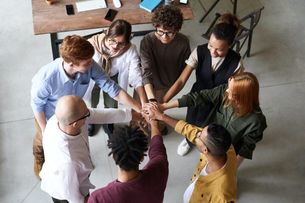 会社のチームで手を握っている画像