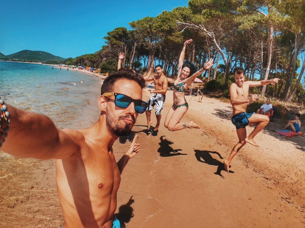 海ではっちゃけている若者集団の画像