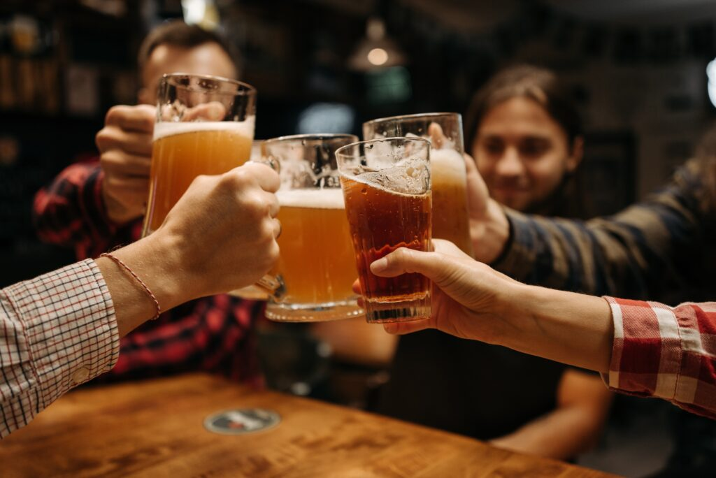飲み会をして乾杯している画像