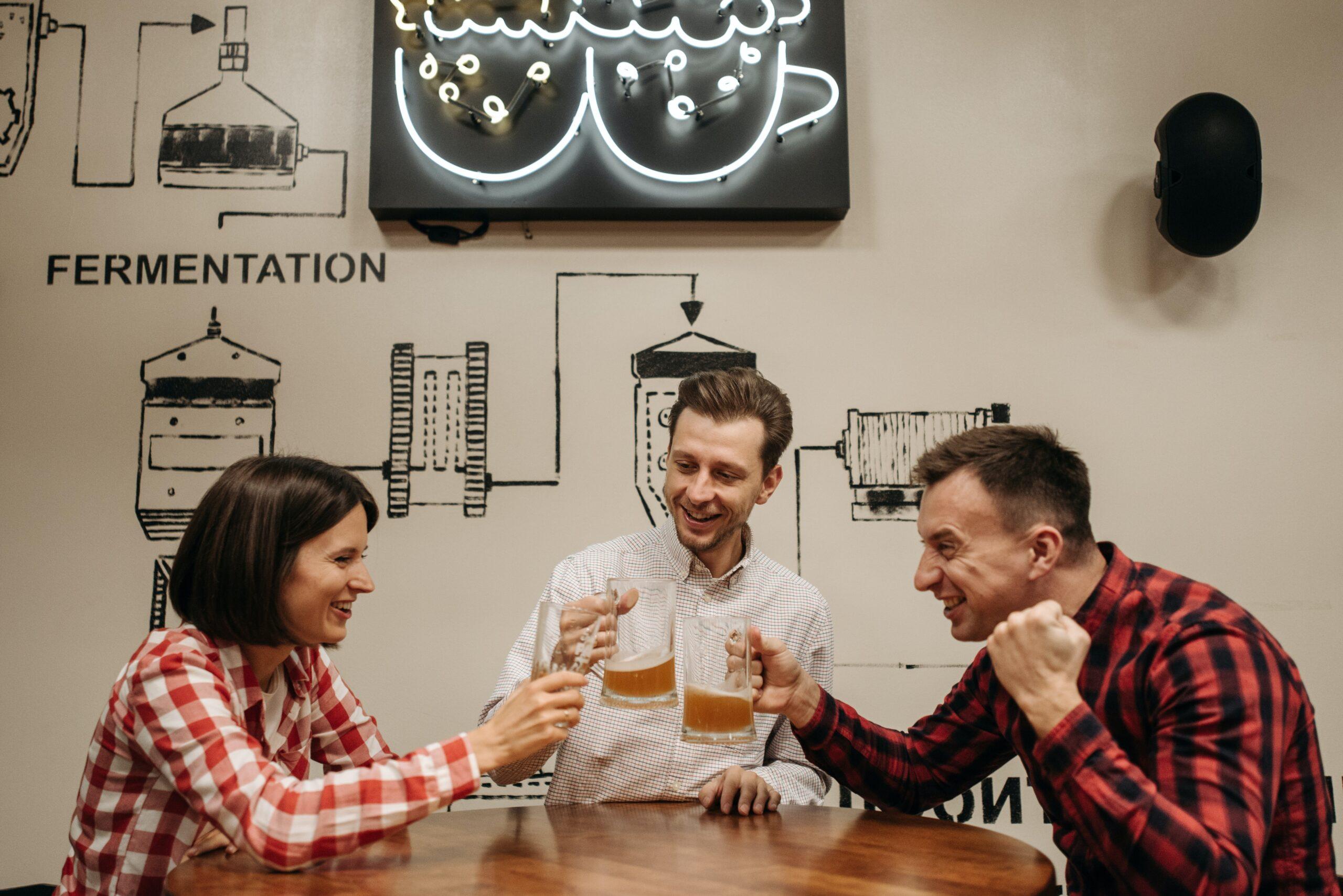 男女で飲み会をしている画像