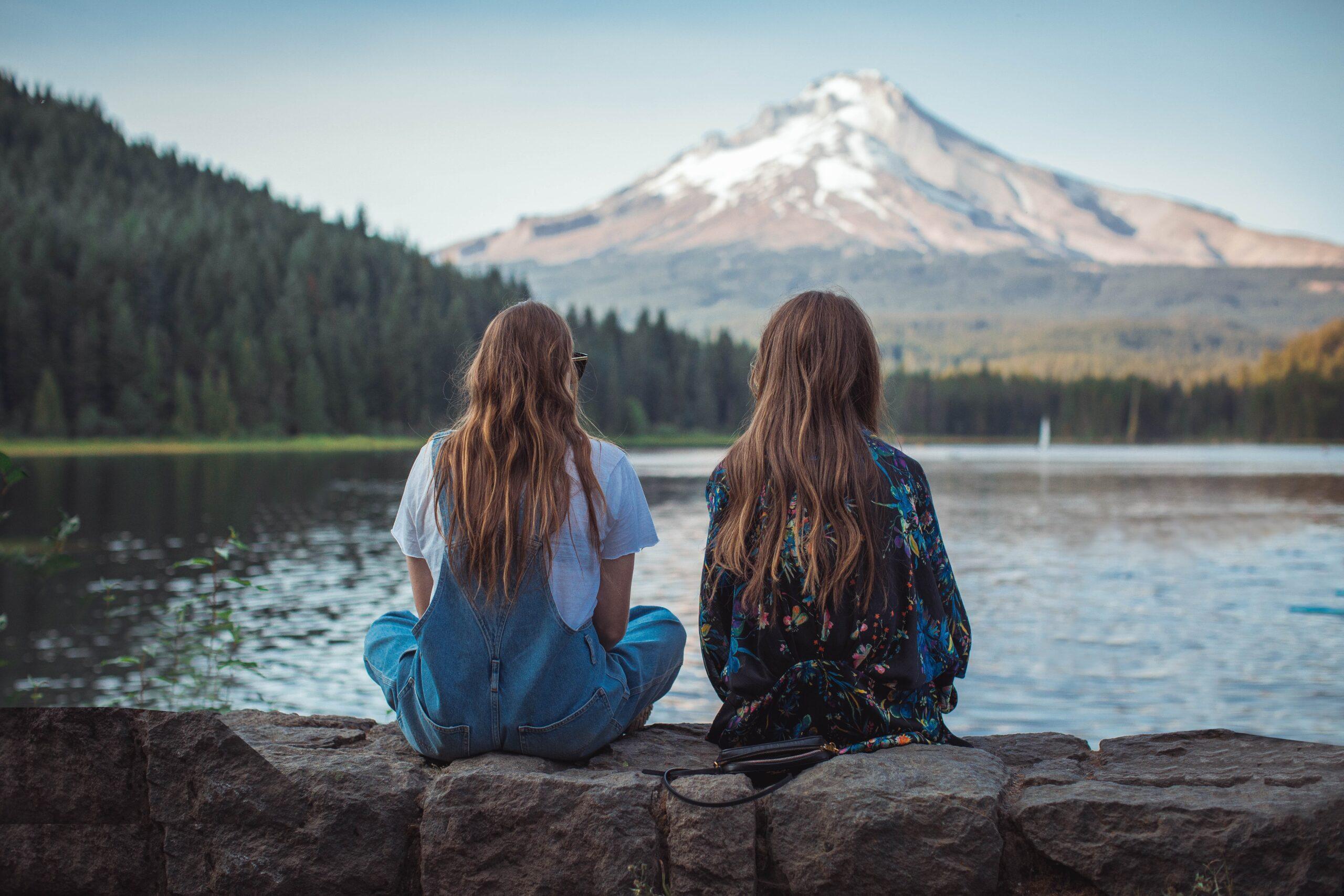 女性二人が自然の風景を堪能している画像