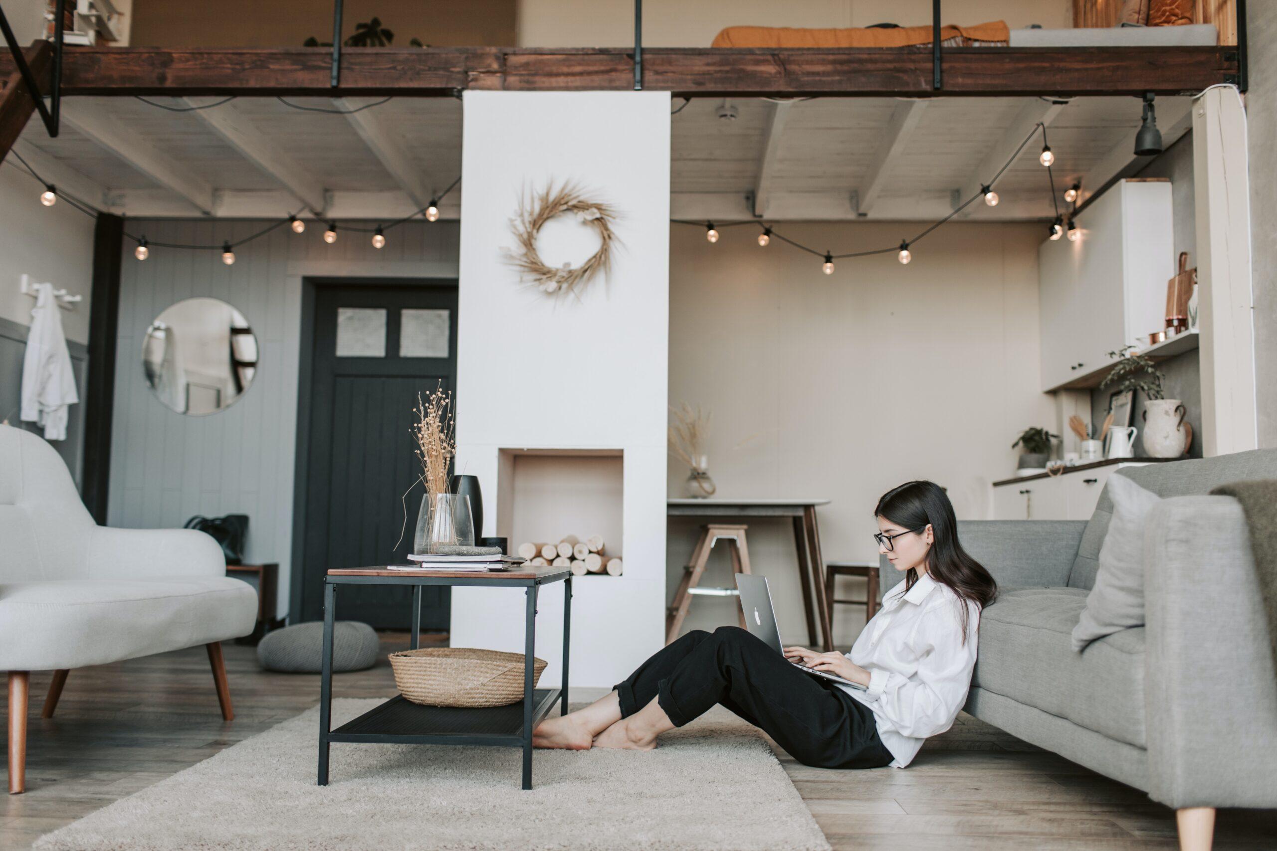 社会人になって一人で仕事している女性の画像