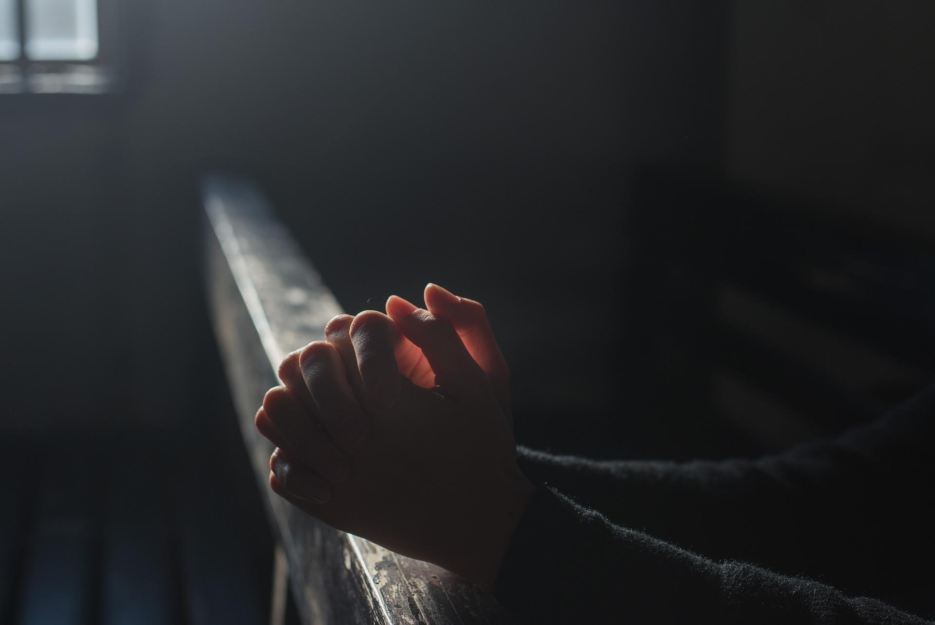 ありがとうと祈りをしている女性の手元の画像
