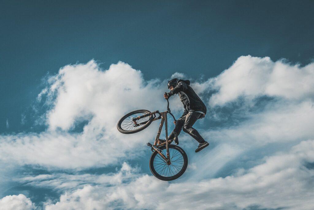 独身中に自転車などの趣味で遊びまくっている男性の画像