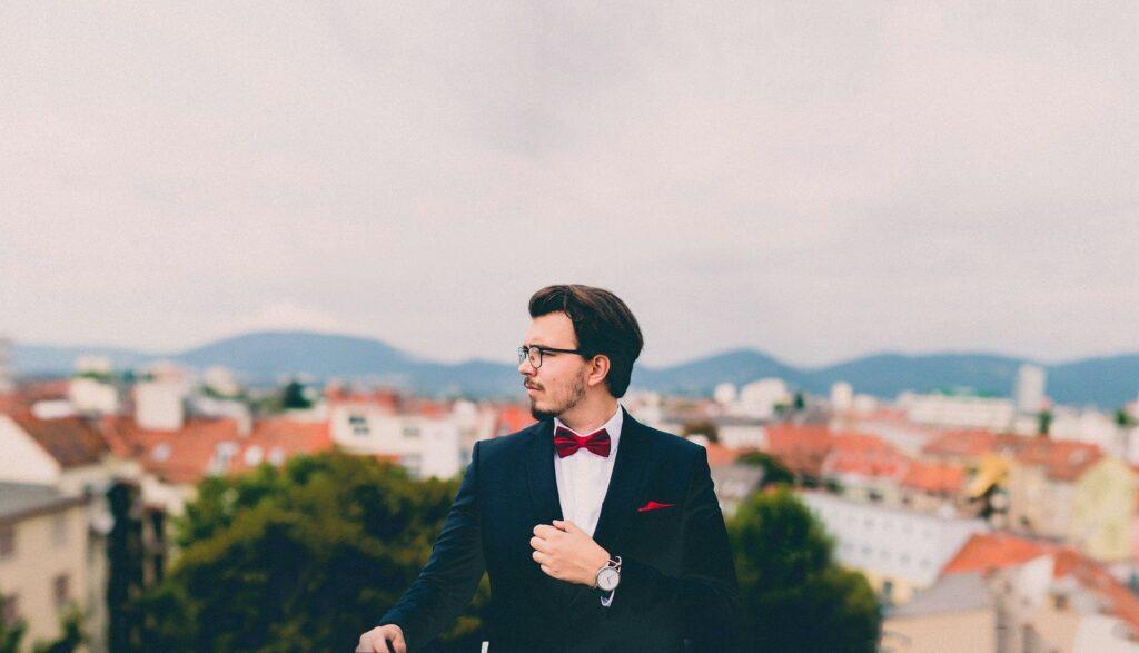 スーツが決まっている男性の画像