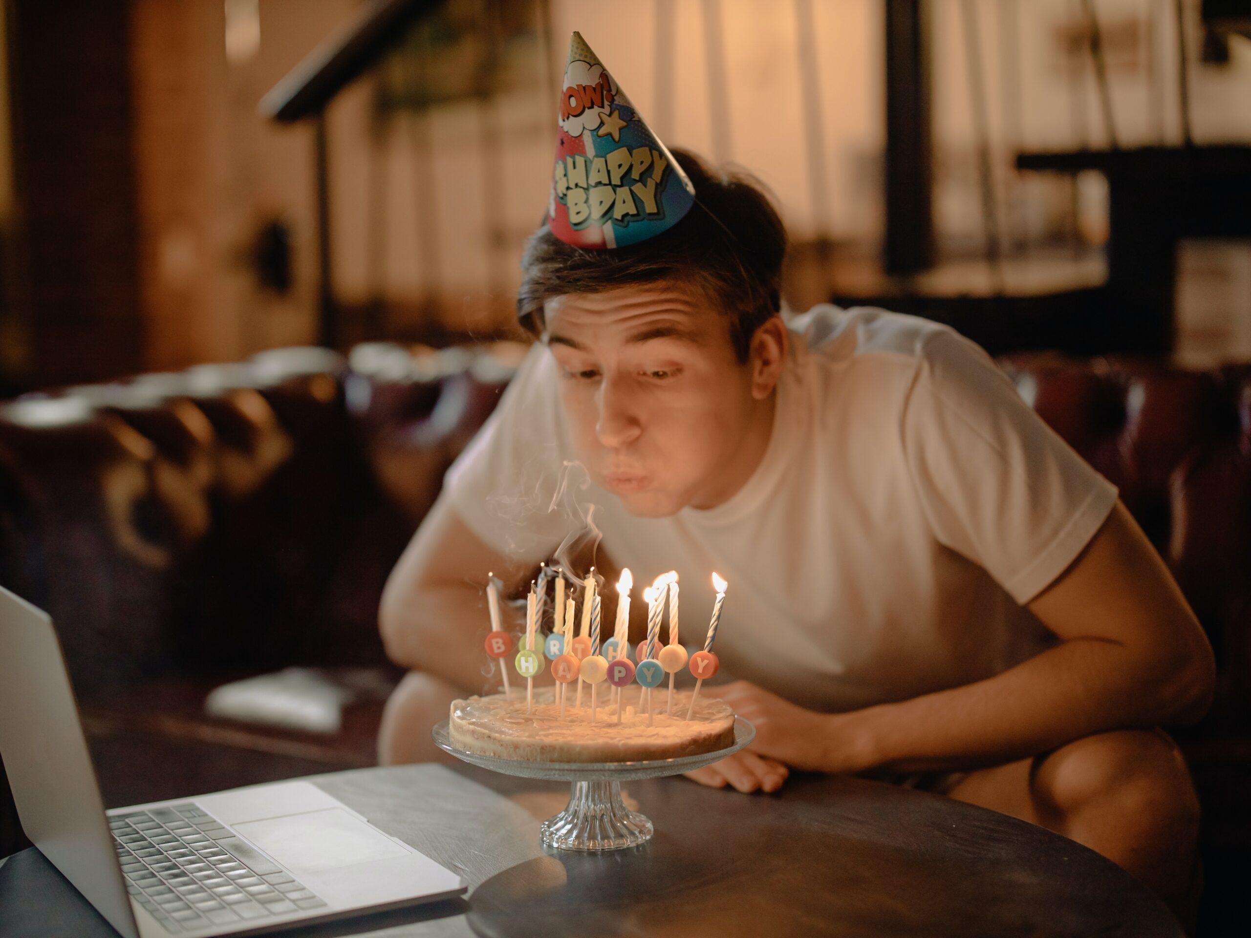 独身男が一人で誕生日を祝っている画像